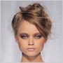 Vo Fendi obtočili vlasy okolo hlavy do ležérnych drdolov svýraznou ofinou a cestičkou