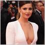 Extrémne výstrihy sú v móde – celebritám mnohokrát siahajú až do pása!