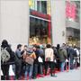 Záujemcovia o oblečenie z kolekcie Lanvin for H&M stáli po celom svete vo frontách, aby prišli na rad aj oni!
