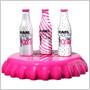 Návrhár Karl Lagerfeld prezliekol Coca-Colu Light do nového: v novom outfite si fľaše Coca-Coly vyrazia už v lete!
