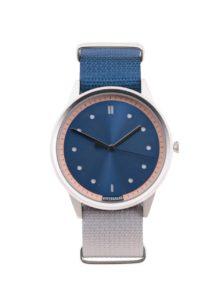 Pánske hodinky v striebornej farbe so sivo-modrým textilným remienkom HYPERGRAND