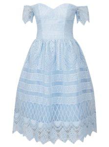 Svetlomodré čipkované šaty s odhalenými ramenami Chi Chi London Aline