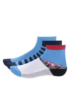 Súprava troch párov červeno-modrých chlapčenských ponožiek s pruhmi a autami 5.10.15.