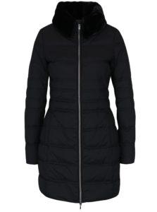 Čierny dámsky prešívaný funkčný páperový kabát s umelou kožušinou Geox