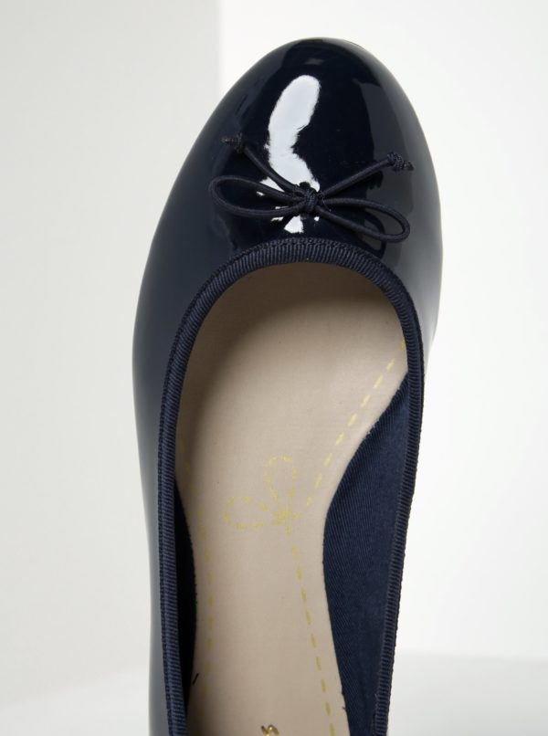 Tmavomodré dámske lesklé baleríny Clarks Conture Bloom