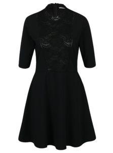 Čierne šaty s krátkym rukávom a čipkovanými detailami Rich & Royal