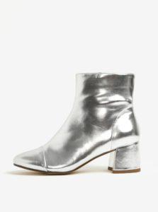 Metalické členkové topánky na podpätku v striebornej farbe Miss Selfridge Delilah
