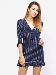 Tmavomodré bodkované šaty s volánom MISSGUIDED