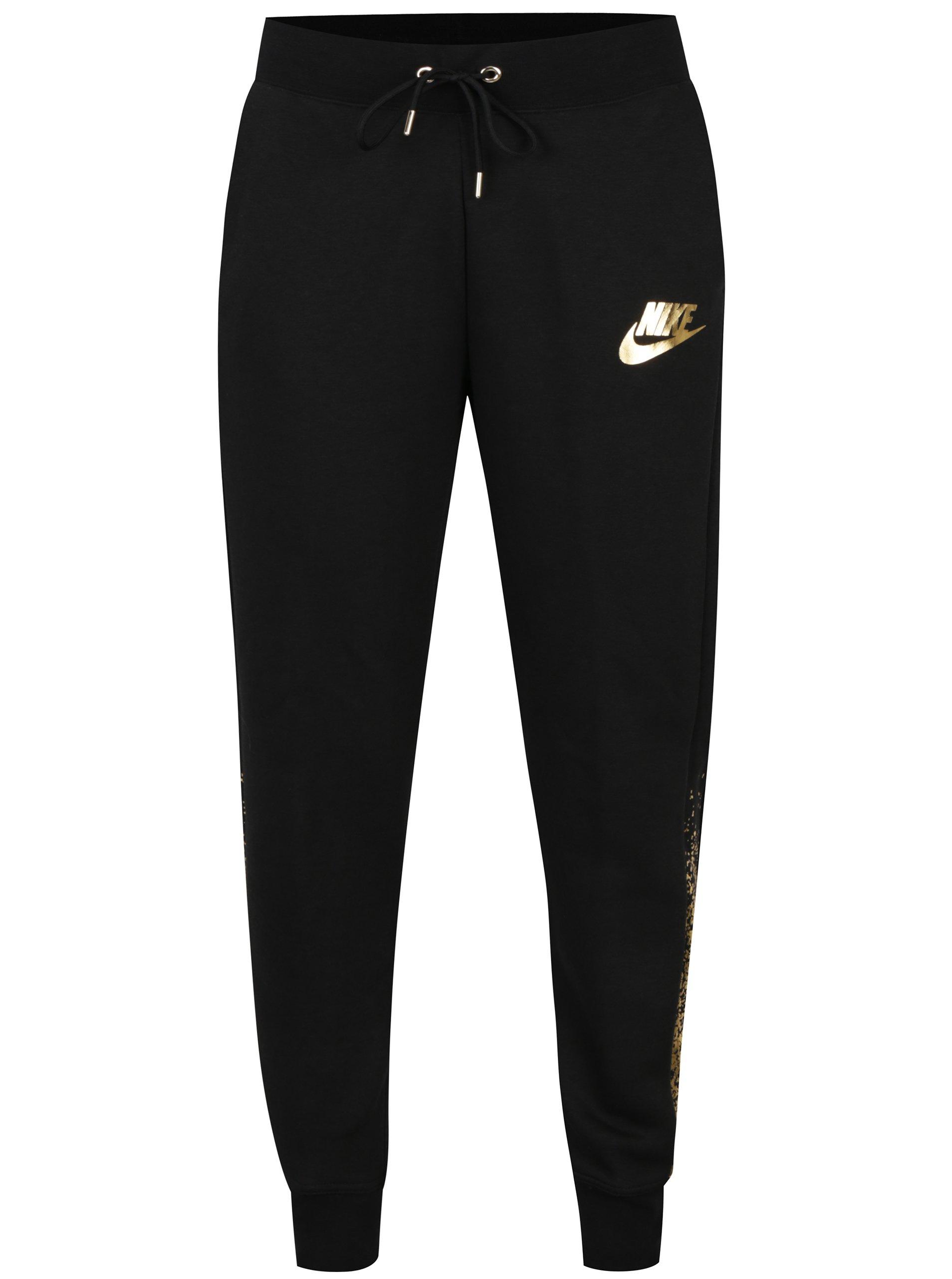 b18bb53a6 Čierne dámske tepláky s potlačou v zlatej farbe Nike Rally | Moda.sk