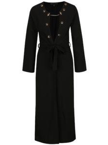 Čierny dlhý tenký kabát s detailmi v zlatej farbe Mela London