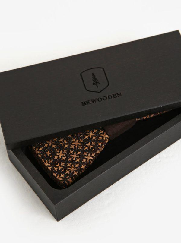 Tmavohnedý pánsky drevený gravírovaný motýlik v drevenej škatuľke BeWooden Decorum