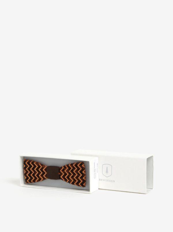 Hnedý pánsky drevený gravírovaný motýlik BeWooden Trio
