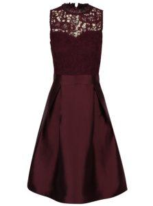Vínové šaty s čipkovaným topom a skladanou sukňou AX Paris