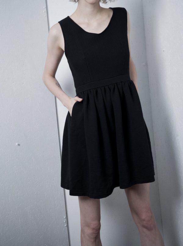 Čierne rebrované šaty bez rukávov La femme MiMi