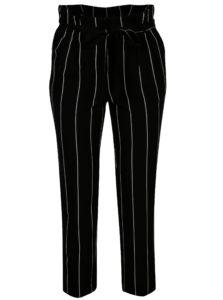 Čierno–biele pruhované skrátené nohavice Miss Selfridge