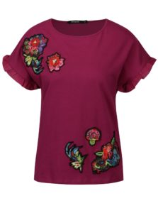 Tmavoružové tričko s nášivkami a volánmi na rukávoch Desigual Candice