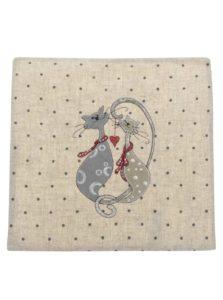 Béžová obliečka na vankúš s motívom mačiek Dakls