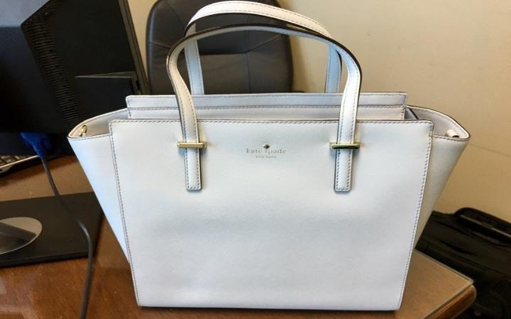 Akej farby je táto kabelka? Hystéria s farbou šiat je späť.
