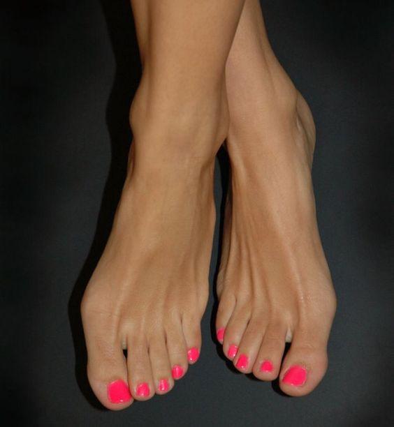 Tvrdé päty do letných sandálov nepatria – ako nad nimi rýchlo a efektívne vyhrať?
