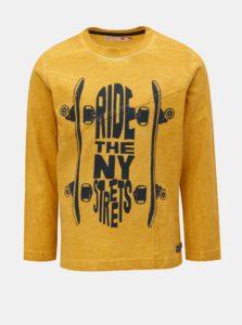 Horčicové chlapčenské tričko s potlačou longboardu BÓBOLI