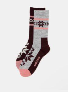 Balenie dvoch párov zimných ponožiek v sivej a vínovej farbe s prímesou vlny Kari Traa