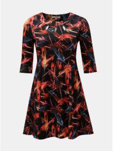 Červeno–čierne vzorované šaty s prestrihmi v dekolte a motívom pierok La Lemon