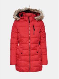 Červený prešívaný zimný kabát s umelou kožušinkou ONLY North