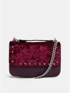 Vínová crossbody kabelka s cvočkami v striebornej farbe a semišovými detailmi Bessie London