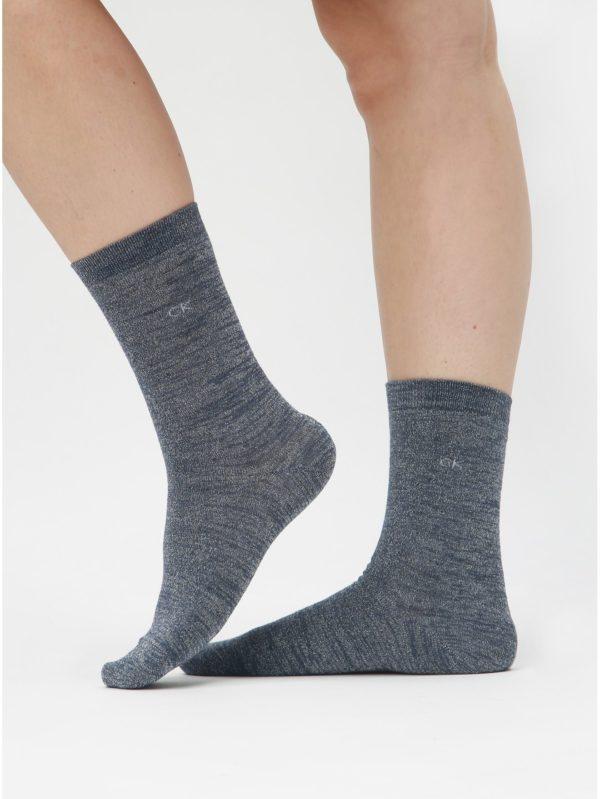 Balenie troch párov dámskych ponožiek v sivej farbe a darčekovej škatuľke Calvin Klein Jeans