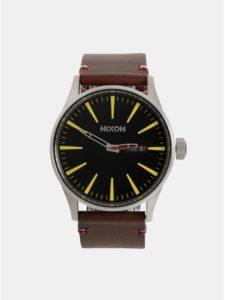 Pánske hodinky s tmavohnedým koženým remienkom NIXON