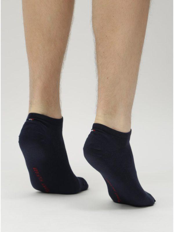 Balenie dvoch párov pánskych nízkych ponožiek v červenej a modrej farbe Tommy Hilfiger