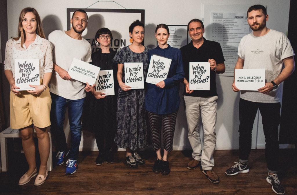 Organizátori a hostia diskusií Fashion Revolution