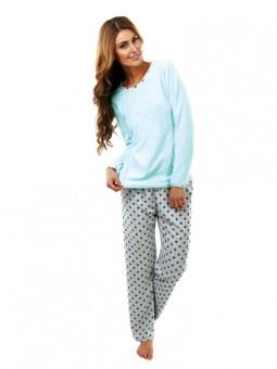 Žena v dlhom pyžame