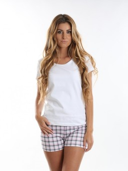 Žena v krátkom pyžame