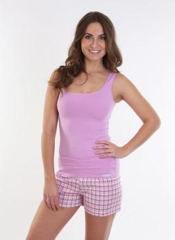 Žena v tielkovom pyžame