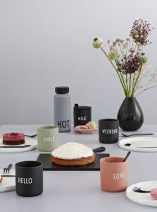 Čierna porcelánová dóza Design Letters Hello 300 ml