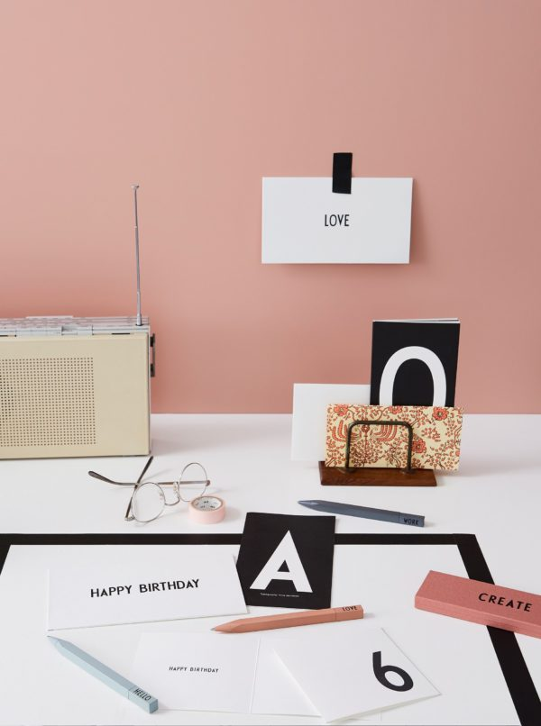Šedé pero Design Letters Work