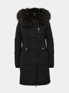 Čierny zimný prešívaný kabát s všitým límcom ONLY